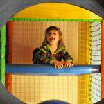 Uśmiech dziecka w sali zabaw - blisko dzielnicy Teofilów Łódź